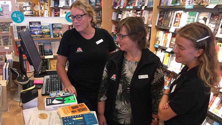 Tre kvinnor i en bokhandel.