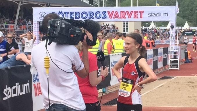 Malin Strand intervjuas efter målgång.