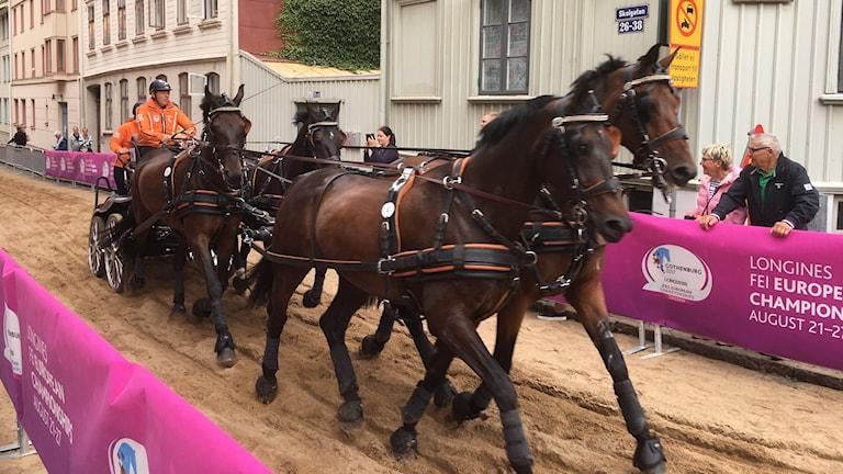 Fyrspann kör på Skolgatan i Haga