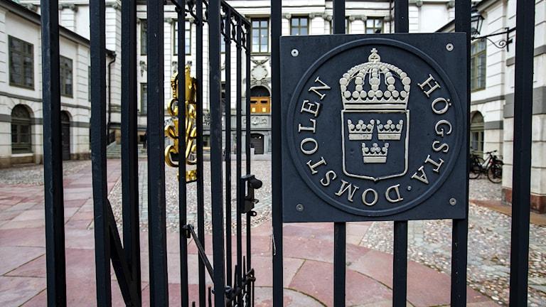 Högsta domstolens skylt på staketet till byggnaden där Högsta domstolen ligger.