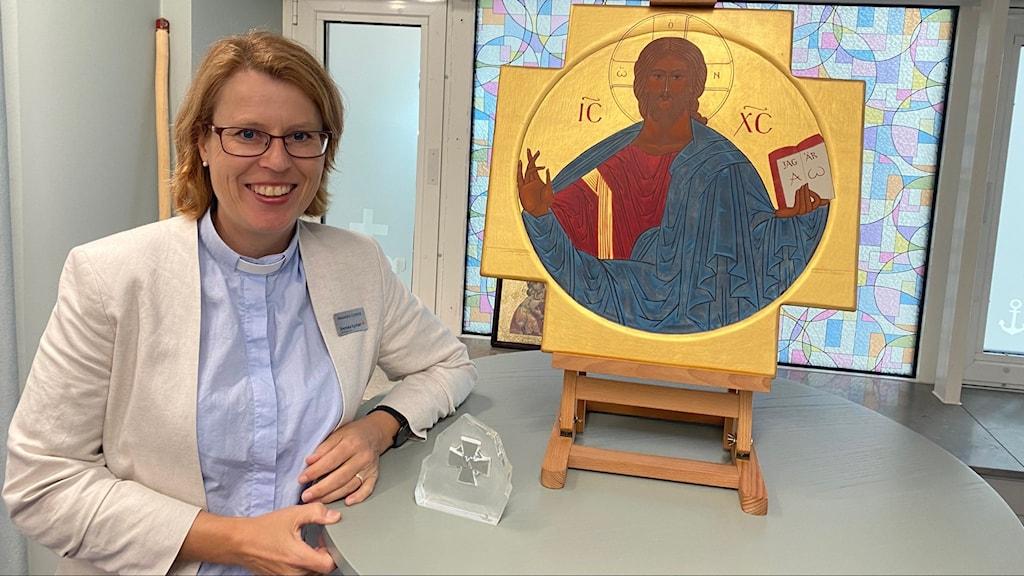 Glad präst vid namn Alexandra Cimbritz vid ståbord.