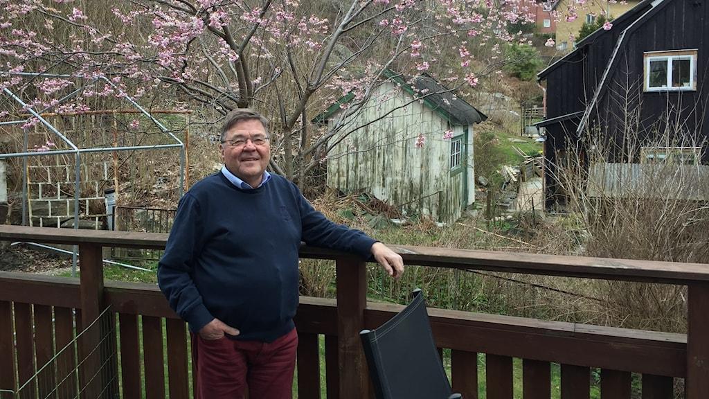 Håkan Hedman, Njurförbundet, på altanen till sitt hus med ett blommande körsbärsträd i bakgrunden