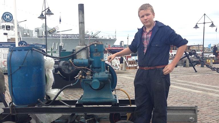 Lukas Appelgren visar stolt upp tändkulemotorn Skandia typ 23 S