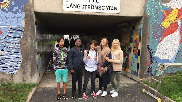 Jättestensskolan skapade mosaiker : Kevin Oskarsson, Henos Haile, Elias Mendoza, läraren Janita Rundegren och Aila Demirovic´