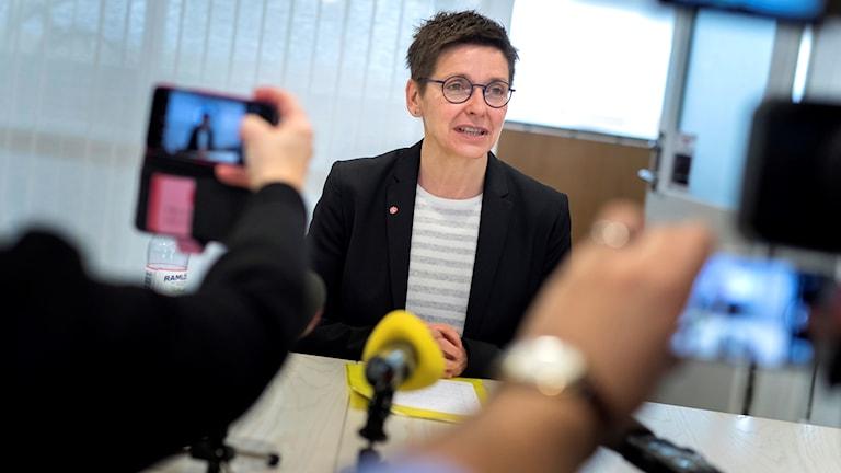 Ann-Sofie Hermansson (S) håller pressträff angående Alliansens nya valtekniska samarbete med V.