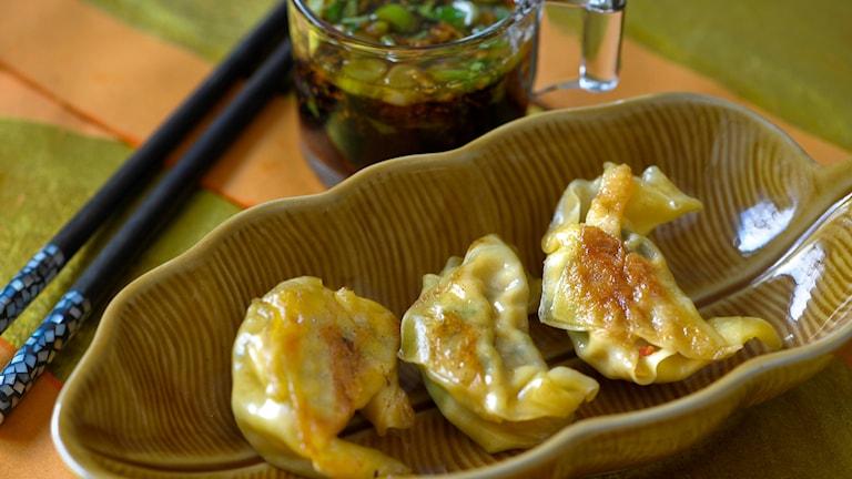 Stekta eller friterade fyllda asiatiska degknyten, med ätpinnar och sojasås.