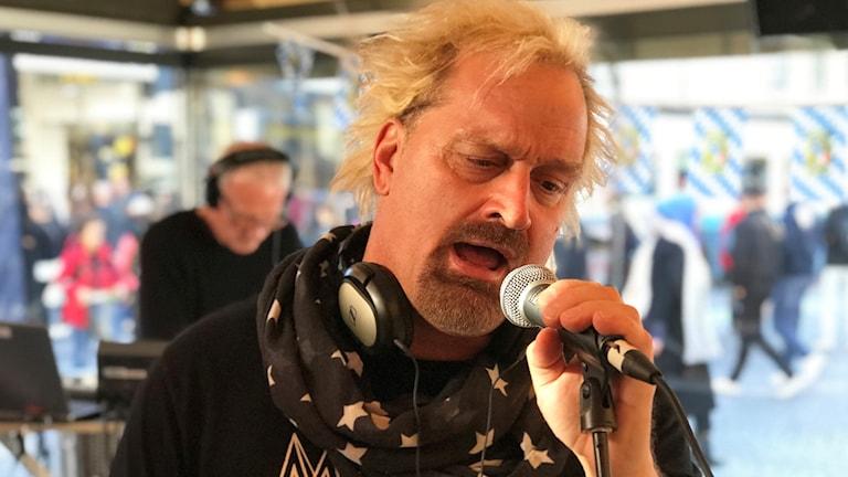En man sjunger i mikrofon