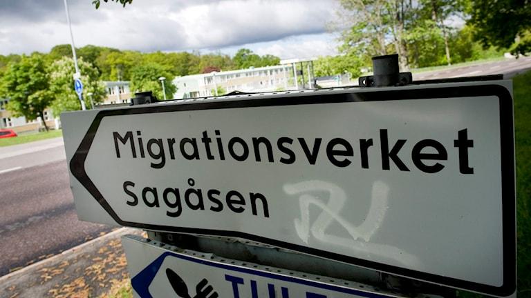 En skylt som visar att det är Migrationsverkets anläggning på Sagåsen.