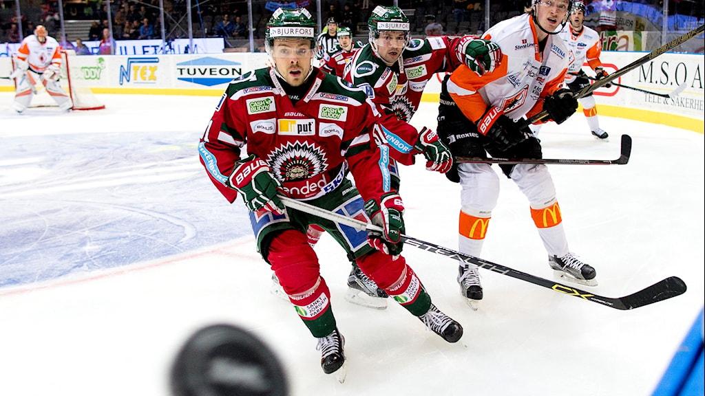 Frölundas Mats Rosseli Olsen, Patrik Carlsson och Karlskronas Joseph Jonsson under ishockeymatchen i SHL mellan Frölunda och Karlskrona i Scandinavium i Göteborg.