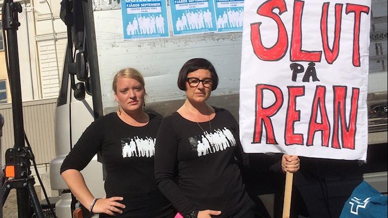 """Sjuksköterskorna Ingrid Broms och Branka Djukanovic Svensson med plakat med texten """"Slut på rean""""."""