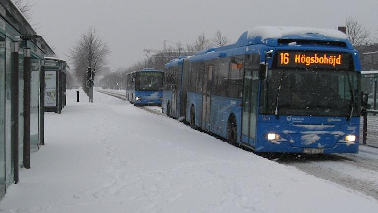 Många bussar fick problem under lördagens snöande. Arkivfoto: Sveriges Radio