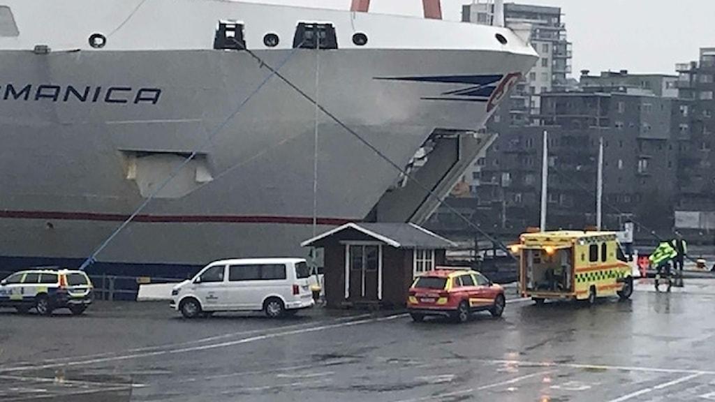 En ambulans utanför Stena Germanica där en person skadades vid en explosion