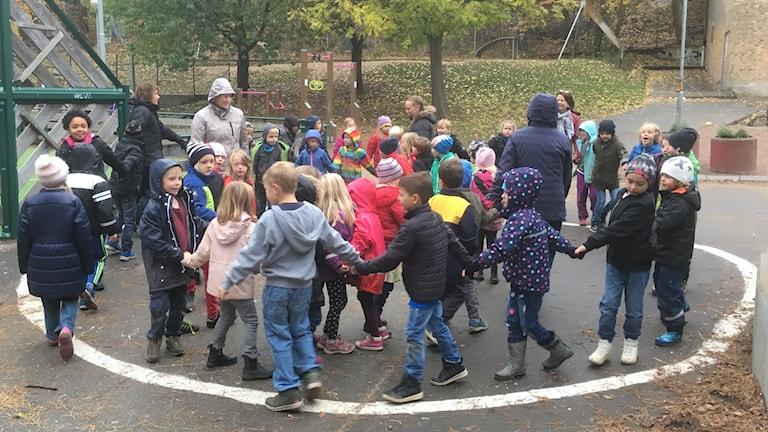 Barn som dansar i en cirkel