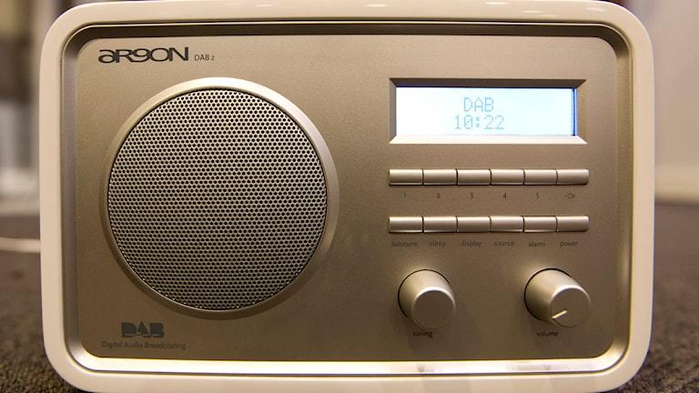 En bild på en gammaldags radio.
