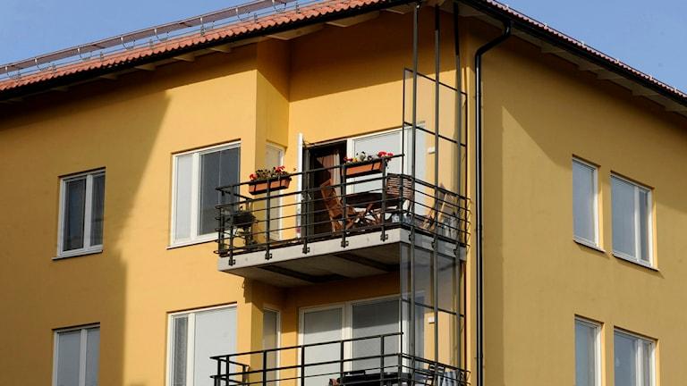 Gult hyreshus med balkonger.