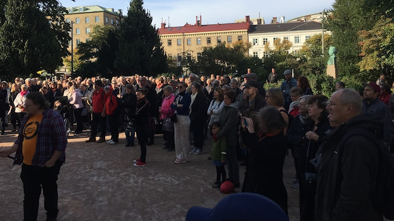 personer har samlats för att manifestera vid Domkyrkan i Göteborg