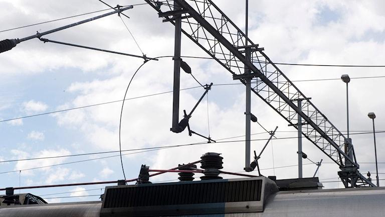 bruten kontaktledning ovanför tåg. Foto: Bertil Ericson/Scanpix