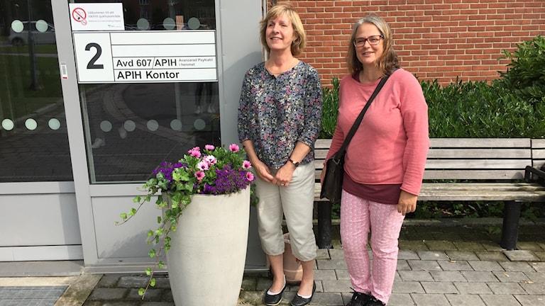 Pia Björklund (th) kan själv välja när hon måste lägga in sig för vård på avdelning 607 där Ingrid Rogenfelt är enhetschef