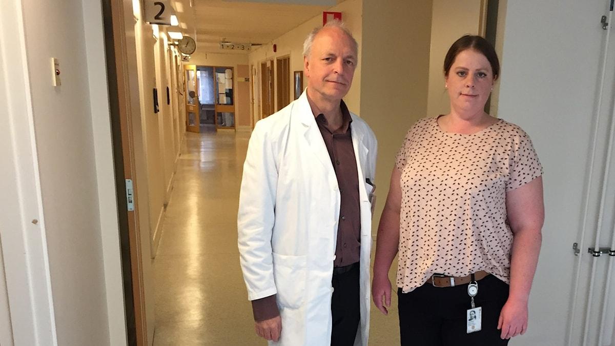 Överläkaren Mats Gustafson och blivande specialistsjuköterskan i paykiatri Beatrice Adriansson Carlsson i ena ändan av en lång korridor