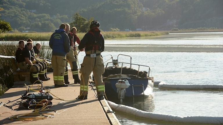 Kungälvs räddningstjänst med dykare vid den utbrunna segelbåten vid Holmgången i Kungälv