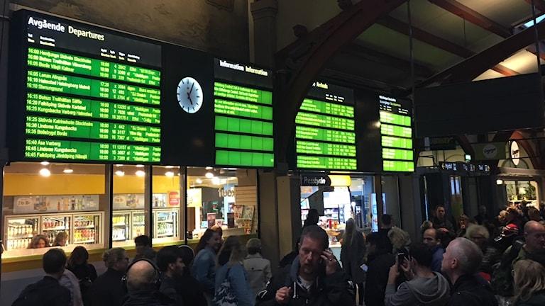 Många människor väntande på Centralstationen