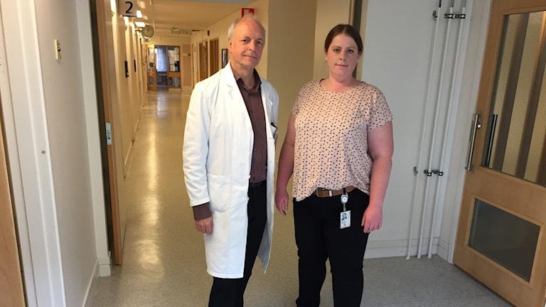 Överläkaren Mats Gustafson och blivande specialistsjuköterskan i psykiatri Beatrice Adriansson Carlsson i ena ändan av en lång korridor