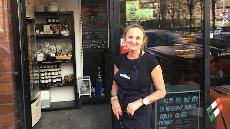 Kvinna framför restaurang