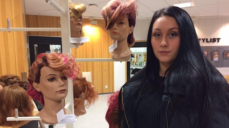 tjej i frisörsal