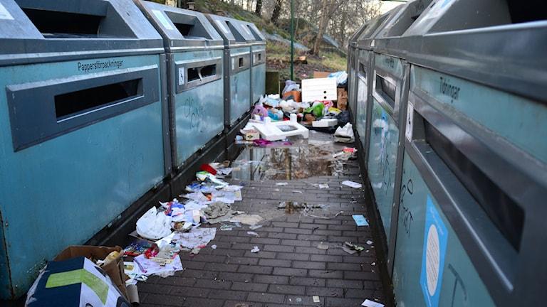 Överfull återvinningsstation. Foto: Daniel Breece/Sveriges Radio.