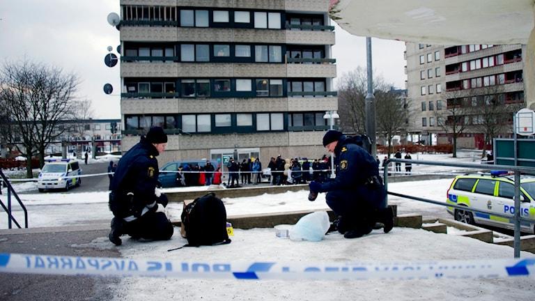 Poliser på brottsplatsen vid Bergsgårdsskolan