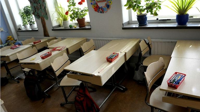 Skolbänkar i ett klassrum på en grundskola.