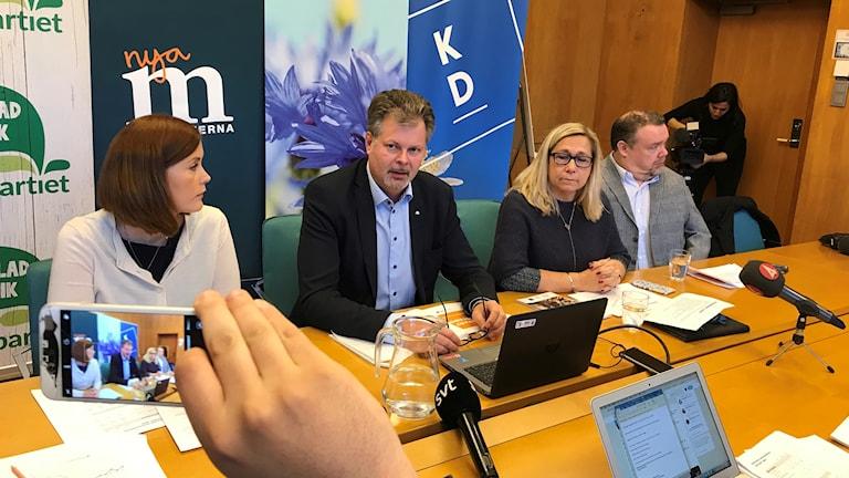 Fyra politiker från alliansen håller pressträff.
