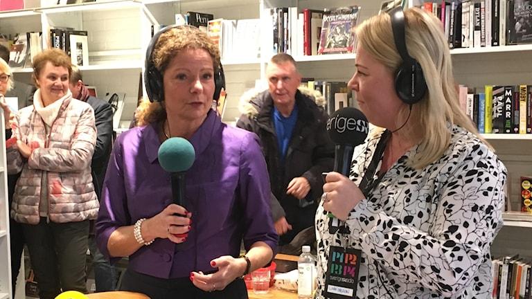 Två kvinnor med minkrofon