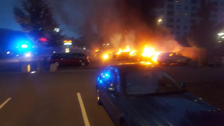 Bilar i brand vid Frölunda torg.