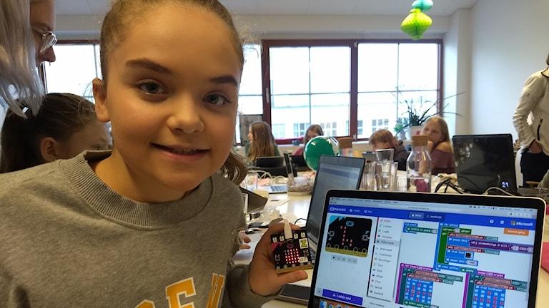 Ellen Folkelind, 12 år, visar spelet hon jobbar med.