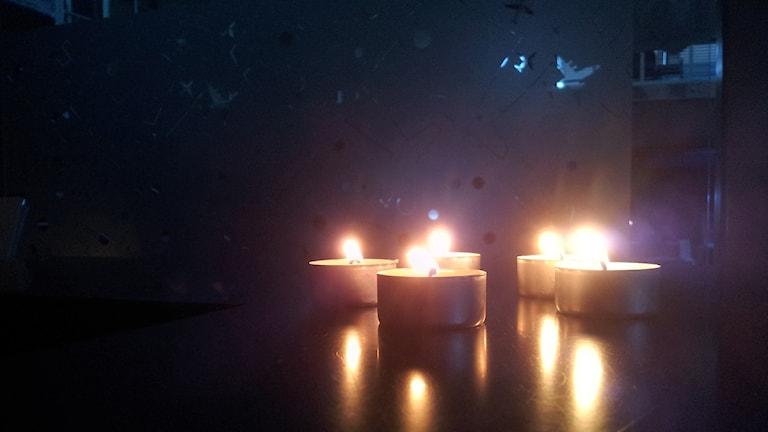 På Landvetter flygplats tänds stearinljus i de delar som är nedsläckta. Foto: Jonna Burén/Sveriges Radio