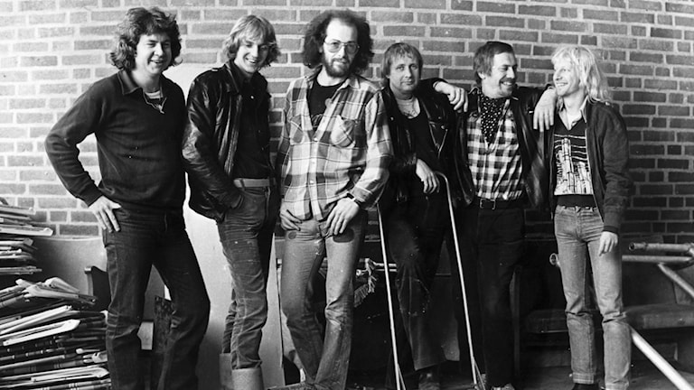 En svartvit bild med medlemmar i bandet från 1979.