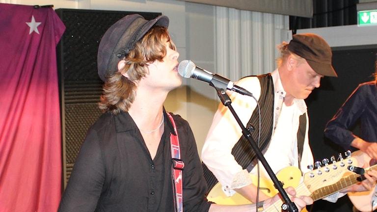 En ung kille som sjunger