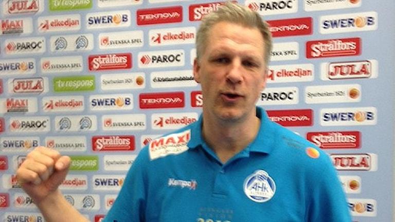 """Mikael Franzén tränare i Alingsås knyter näven efter att hans lag besegrat Kristianstad i deras egen """"gryta"""" Foto: Glenn Göransson."""