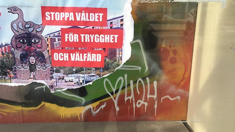En bild på en affisch som uppmanar till att man ska stoppa våldet i Lövgärdet