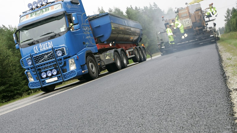 Lastbil på nyasfalterad väg. Foto: Mikael Fritzon/Scanpix