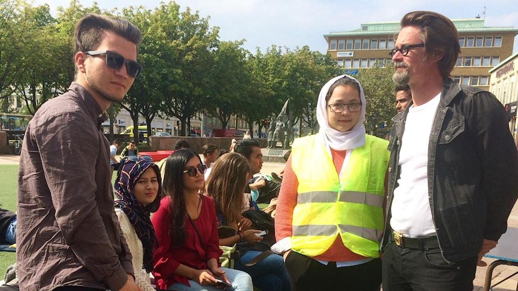 Unga människor från Afghanistan demonstrerar vid Järntorget.
