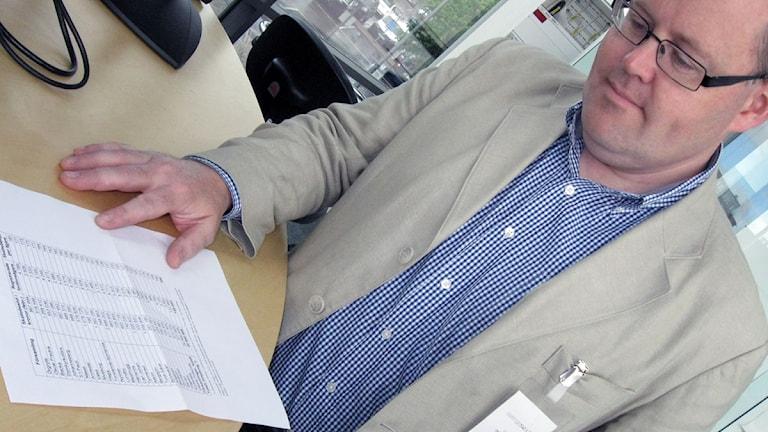 Johan Nyhus ser på hur trängselskatten fördelas i Göteborg. Foto: Roger Blomqvist/Sveriges Radio