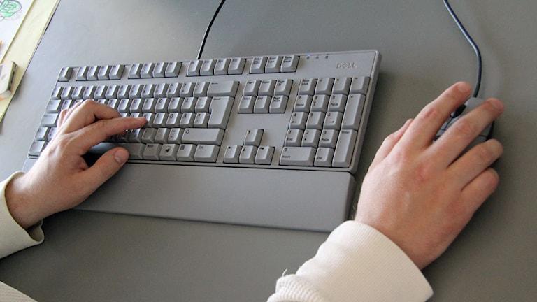 Händer vid ett tangentbord till en dator. Foto: Johanna Storm/Sveriges Radio