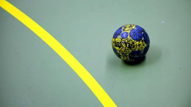 Handboll ligger nära gul målområdeslinje på planen. Foto: Janerik Henriksson/Scanpix