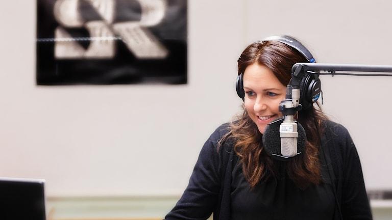 Kvinna vid en mikrofon