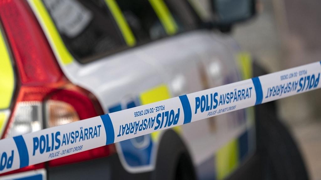 polisbil och avspärrning