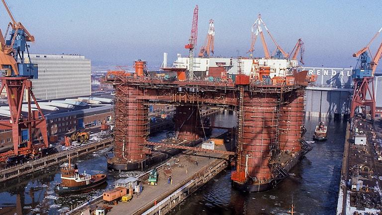 Borrplattform omgiven av maskiner och människor i Göteborgs hamn.