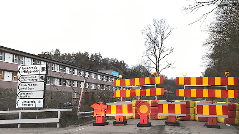 Bild på vägavspärrningar vid Jonseredsvägen.
