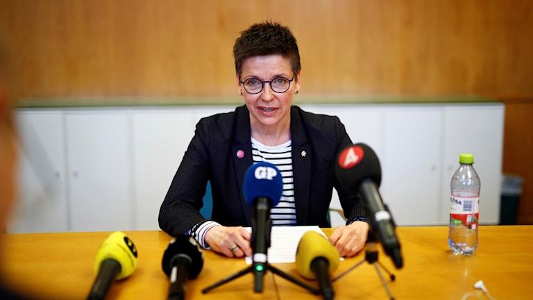 Ann-Sofie Hermansson vid ett podium.